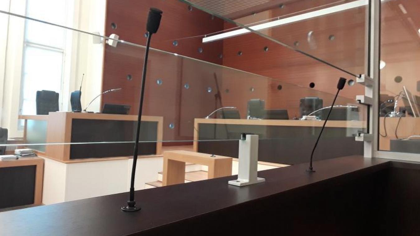 Face au tribunal, la mère de famille, dont les enfants ont été placés, était désolée.