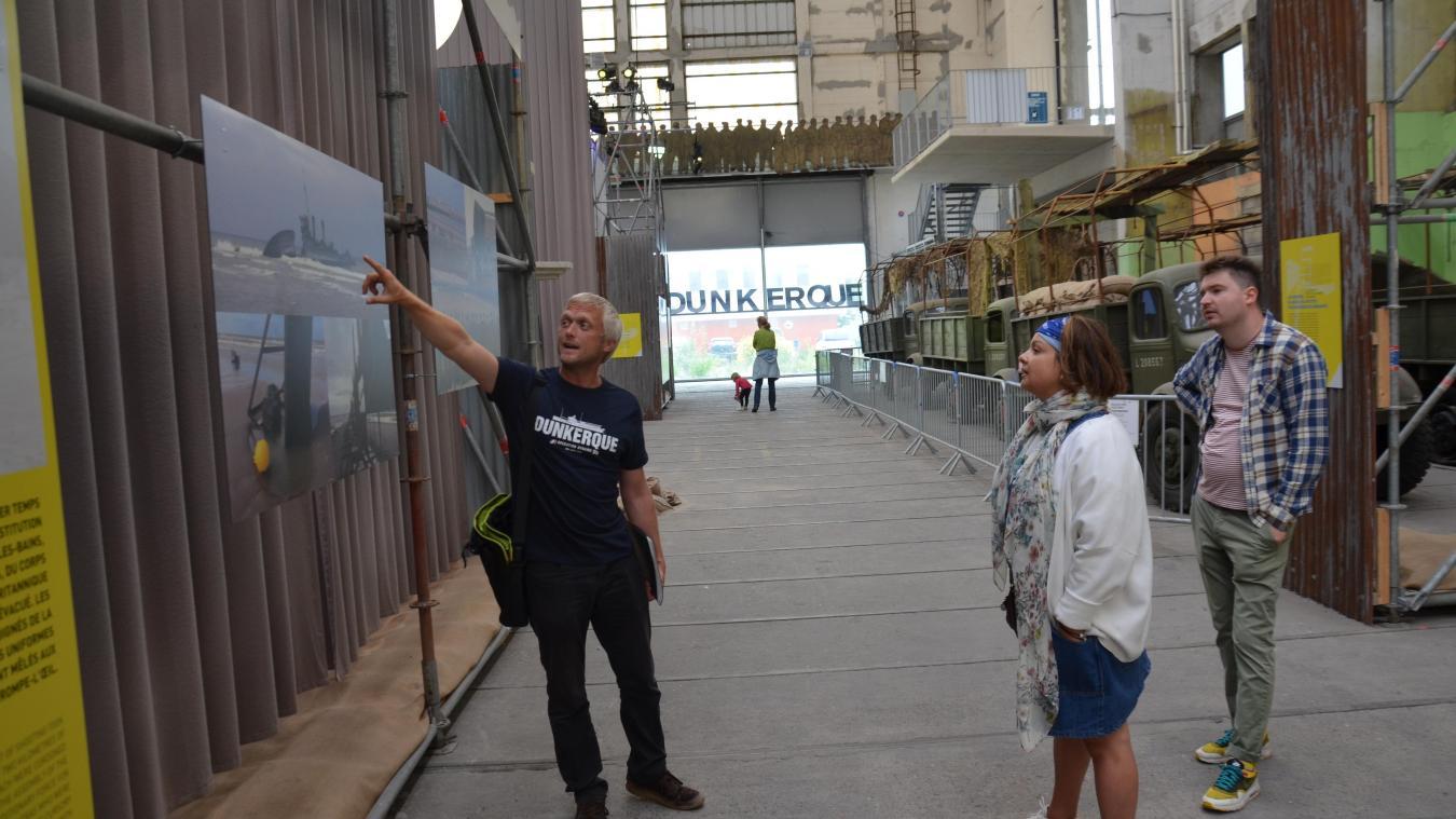 Les visites pour redécouvrir les lieux de tournage et les décors fonctionnent encore. Des touristes du monde entier passent par Dunkerque.