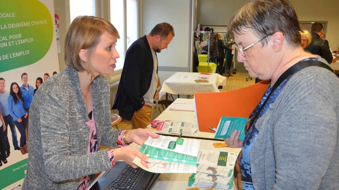 Patricia (à droite) a parcouru les différents stands du forum, dont celui, ici, d'Entreprendre ensemble.