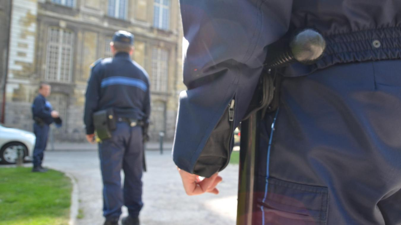 La police, qu'elle soit municipale ou nationale, est dans le collimateur du prévenu.