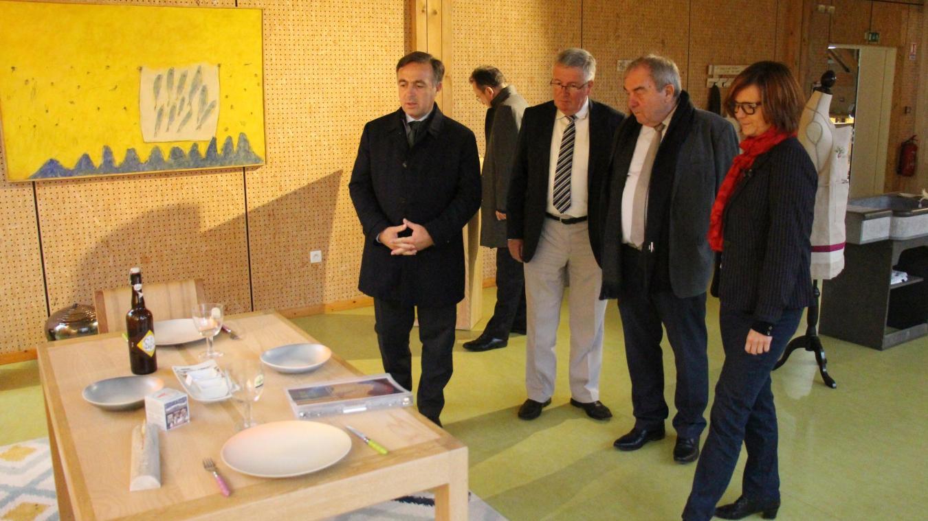 Dans le cadre d'une mission visant à préserver et à développer les métiers d'art, le député Philippe Huppé a visité le Village des Métiers d'Art de Desvres.