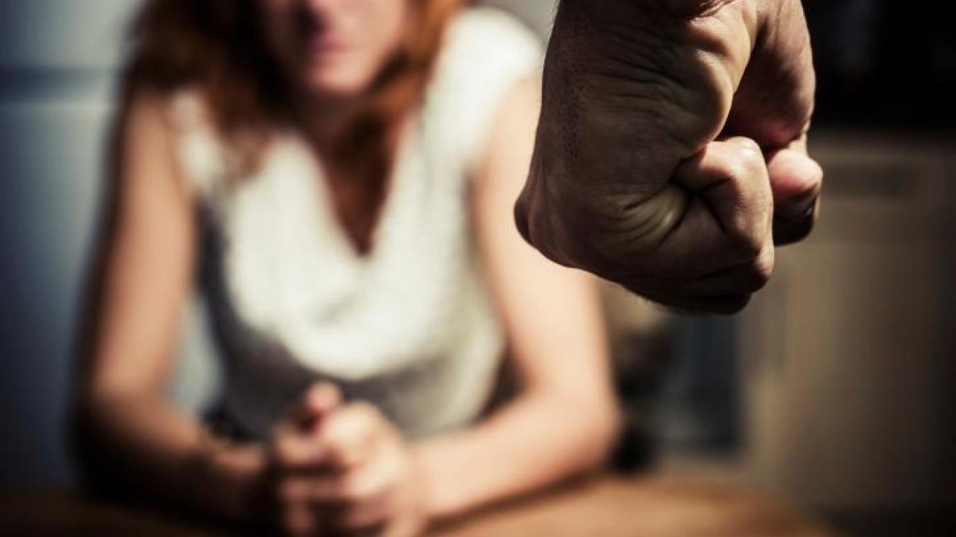 L'homme portait une grosse bague au doigt quand il a frappé sa compagne.