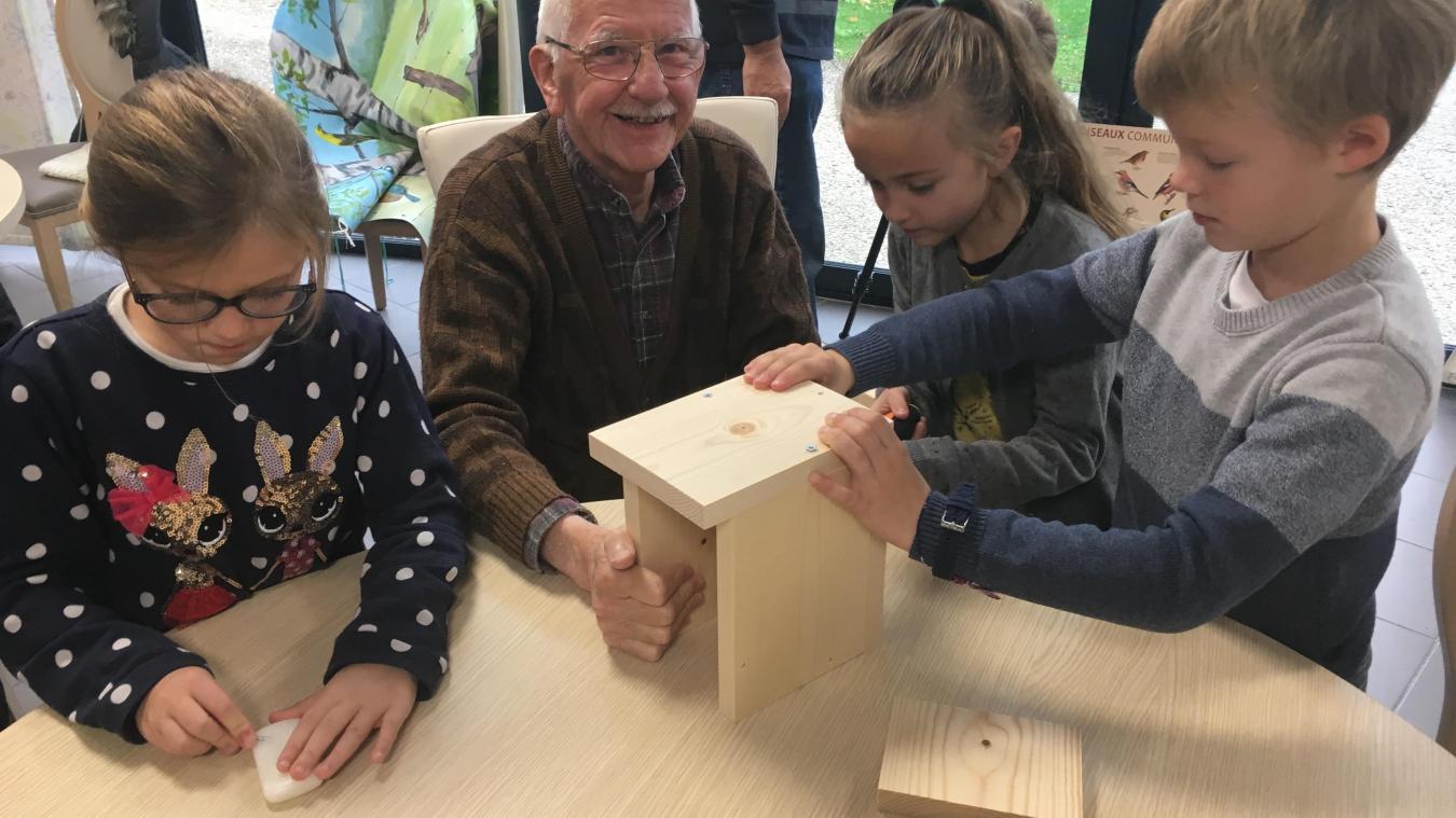 Écoliers et résidents de l'Ehpad ont participé ensemble à la construction de nichoirs et de mangeoires.