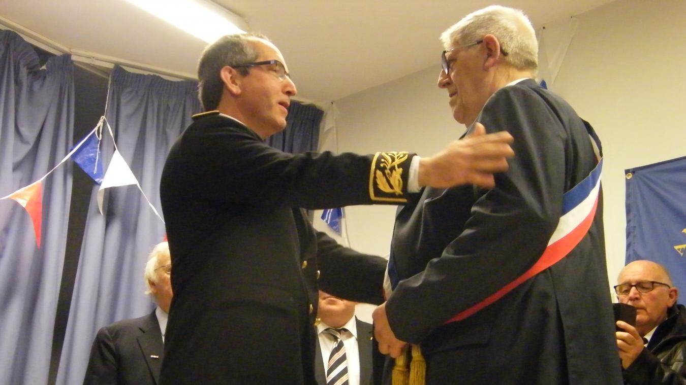 Jean-Philippe Vennin, sous-préfet de Boulogne, a remis la médaille d'honneur à Jacques Pochet.
