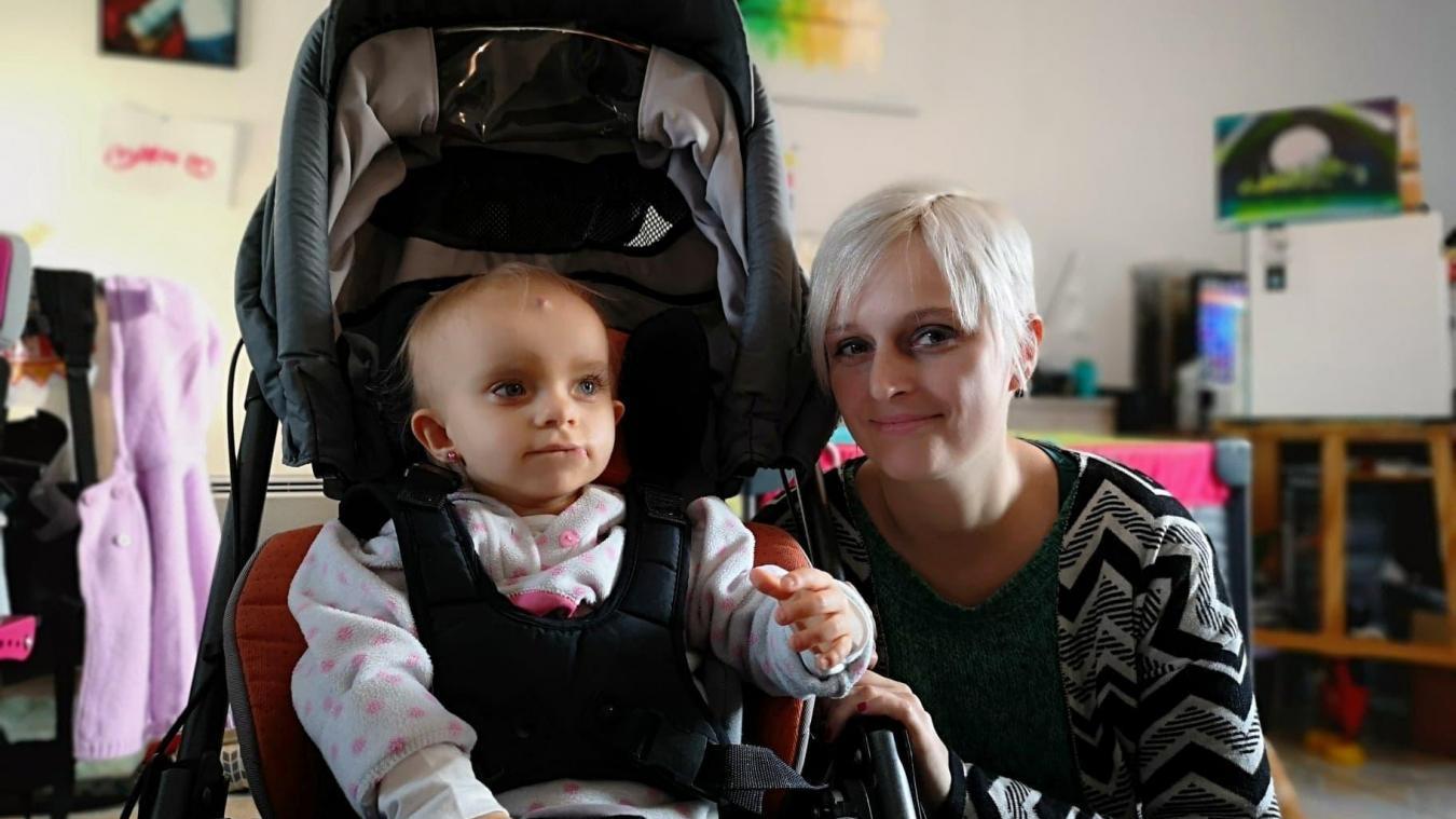 Éléna et sa maman Laura. La petite fille peut profiter des balades en famille confortablement installée dans sa poussette adaptée.