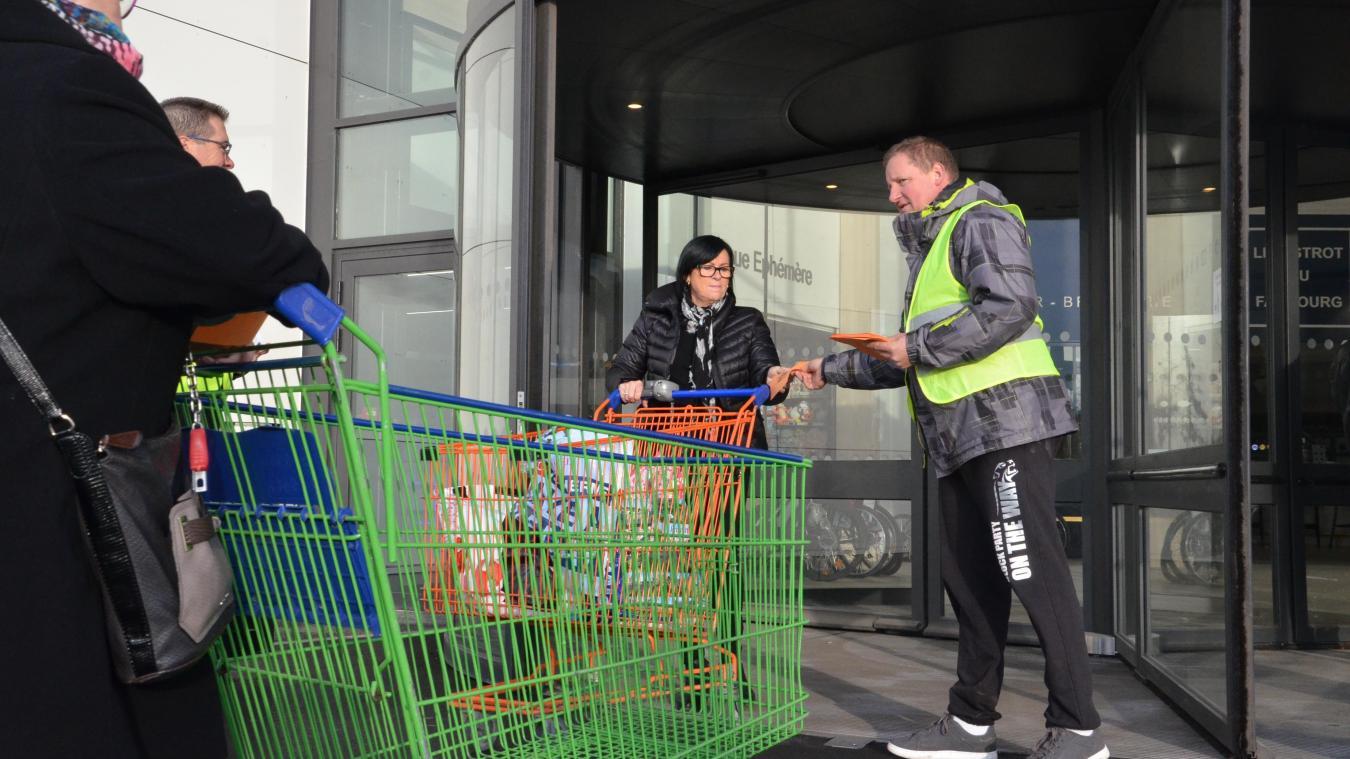 Le collectif multiplie les actions d'information. Samedi dernier, des « gilets jaunes » ont distribué des tracts à la sortie du magasin E.Leclerc de Bergues.