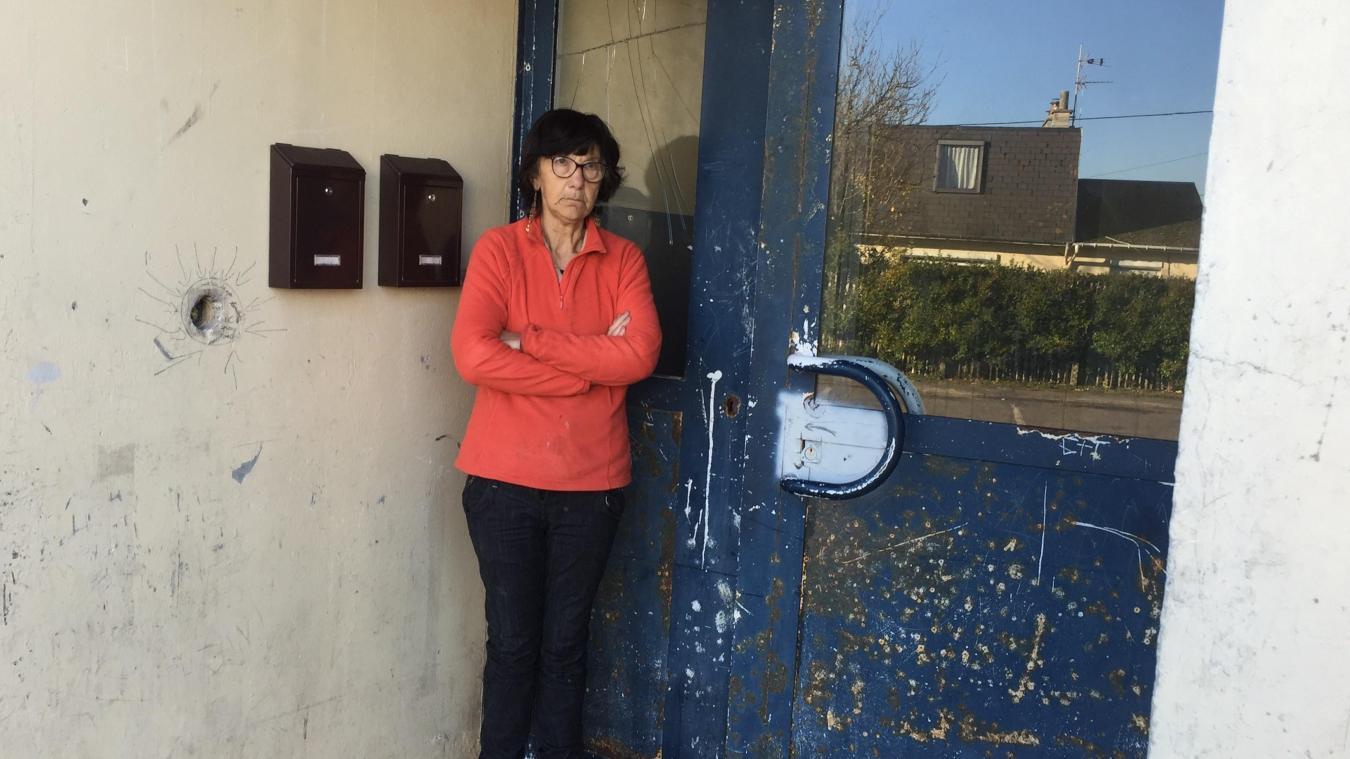 Françoise continue de vivre dans la cité des Vanneaux, quasiment déserte. Même les locaux à poubelle sont condamnés.