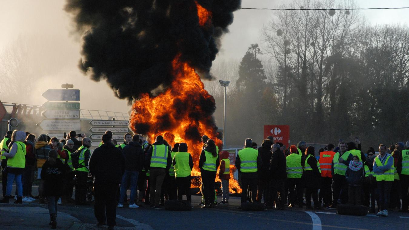 Depuis une heure, les grévistes brûlent pneus et palette au carrefour de la sucrerie.