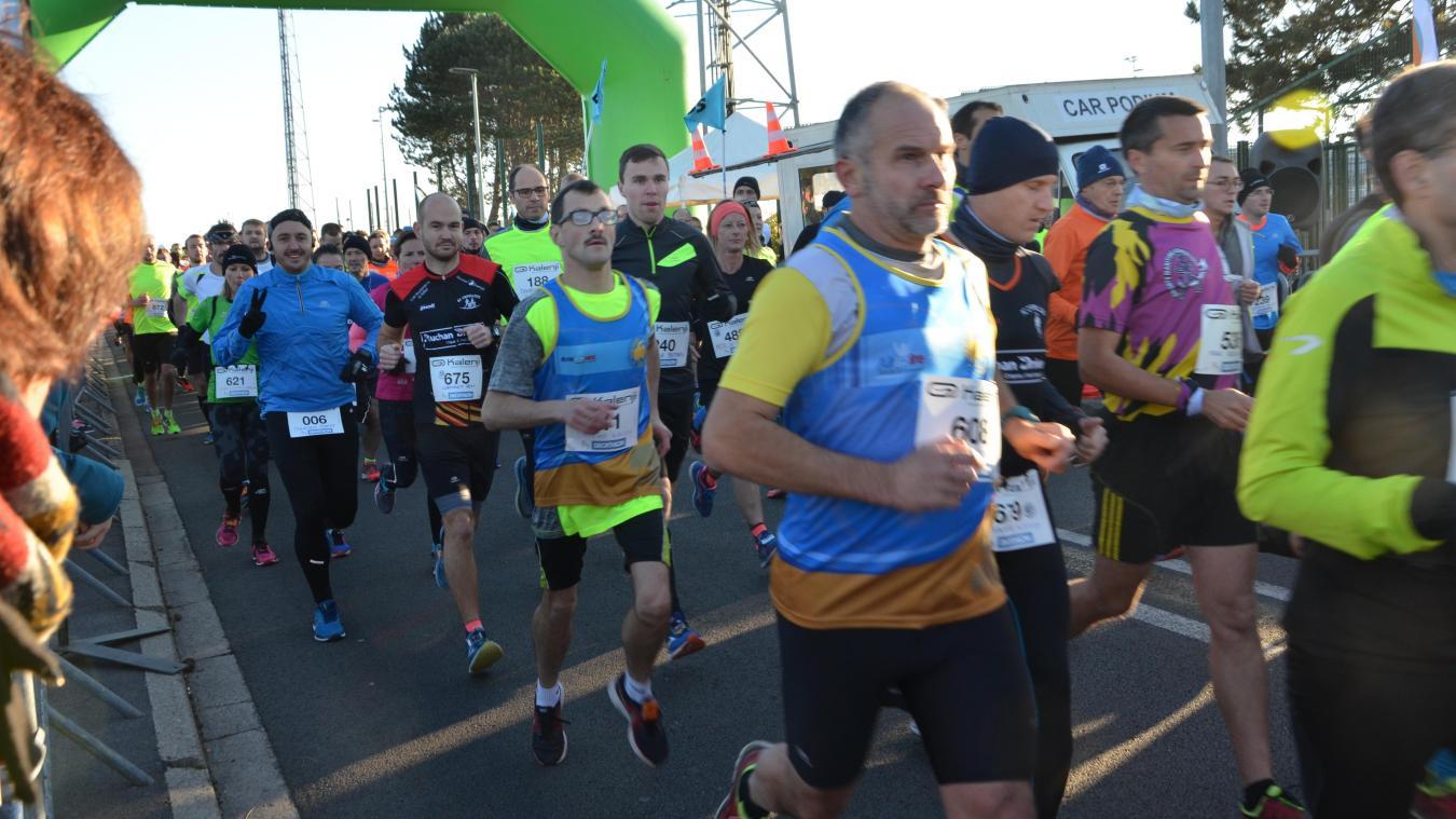 La 26e édition des foulées outreloises a rassemblé près d'un millier de coureurs.