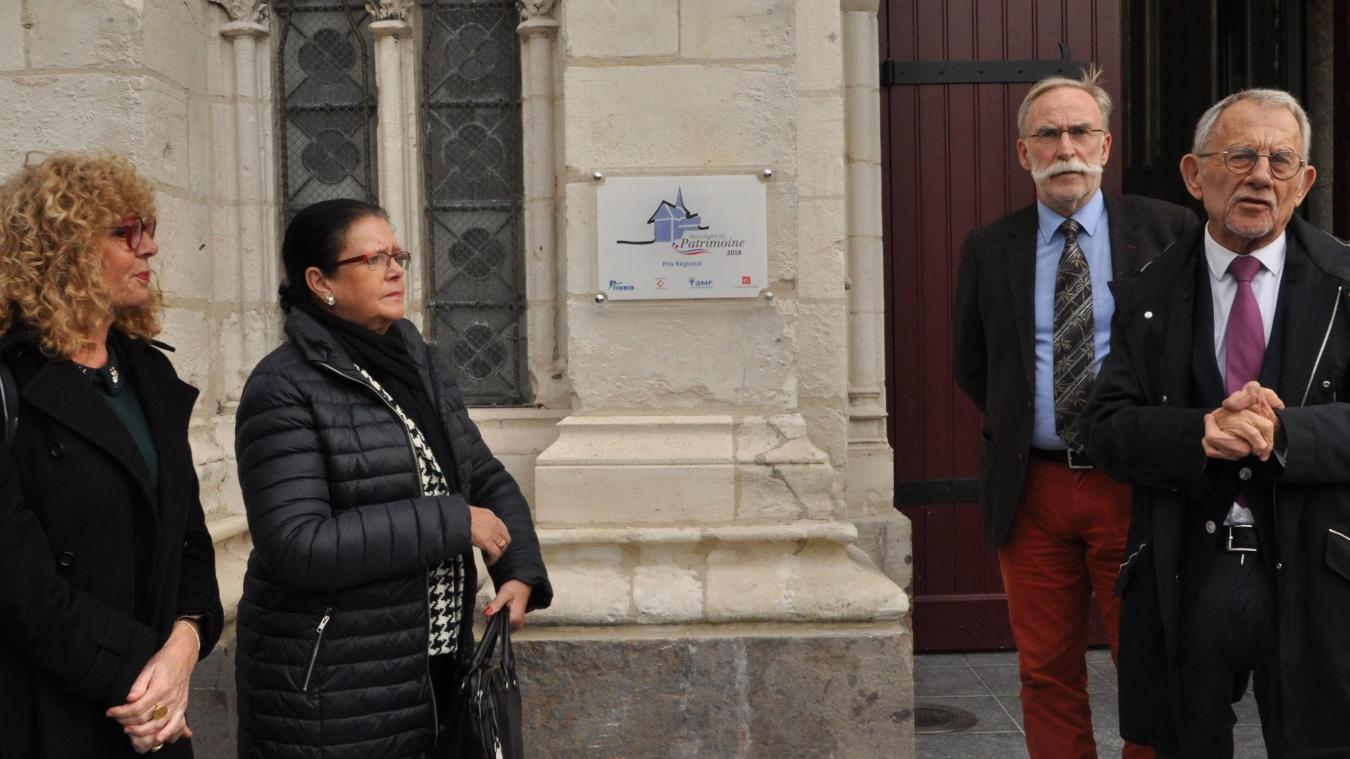 Martine Lorphelin, Dominique Rembotte, François Delhaye et Jean-Claude Dissaux ont dévoilé la plaque des Rubans du Patrimoine, mercredi 7 novembre.