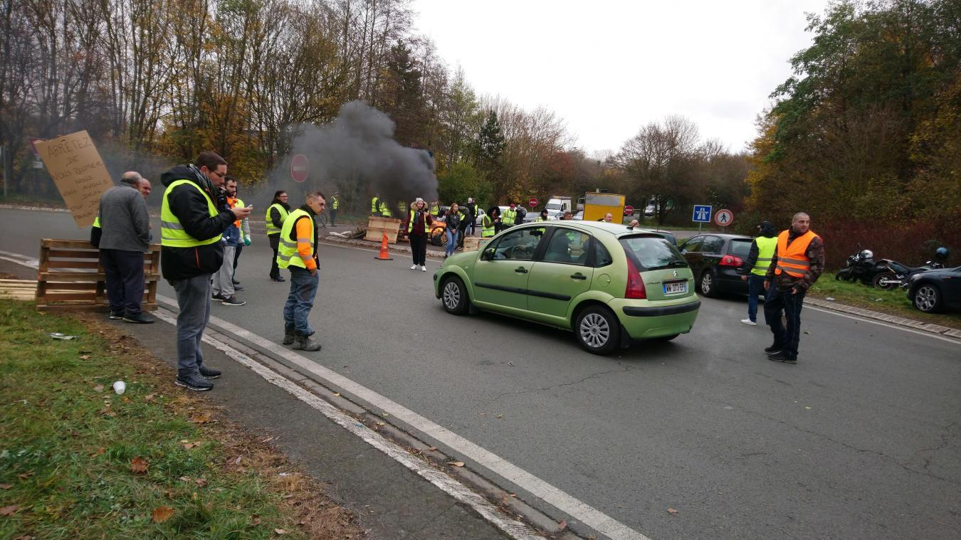 Liévin / Éleu-dit-Leauwette : le rond-point bloqué, 80 camions devraient arriver lundi 19 novembre à 18 heures(photos et vidéos)
