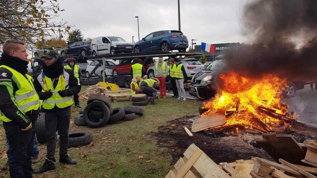 Palettes et pneus sont brûlés.