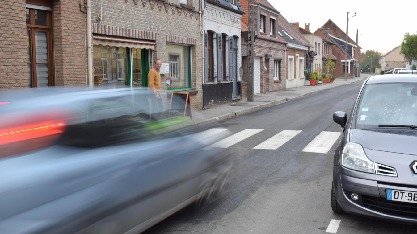 Le passage piétons de la rue Principale, situé en face de la boulangerie et de la future boucherie, n'est pas bien signalé. La Municipalité réfléchit à ce qui inciterait les automobilistes à s'arrêter quand une personne veut traverser...