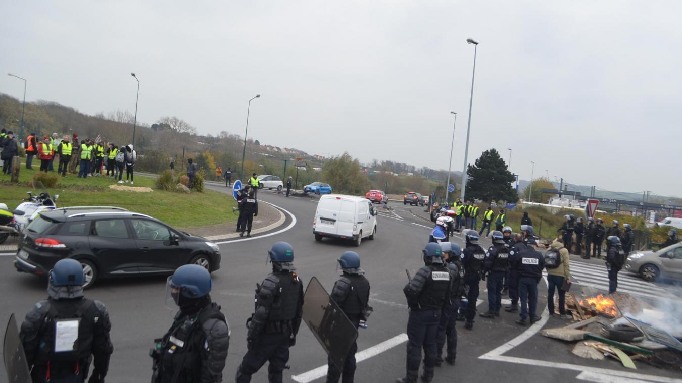 Boulogne-sur-Mer : une demi-compagnie de CRS débloque le rond-point des oies