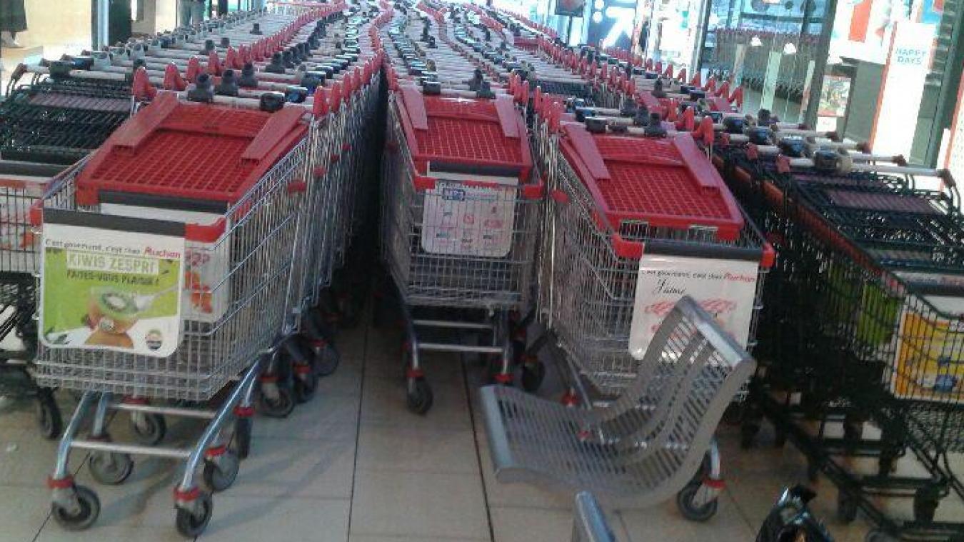 Auchan Longuenesse: les caddies confinés à l'intérieur. Des entrées fermées