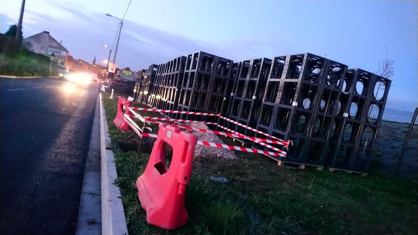 Le trottoir longeant le nouveau dépôt de bus Tadao est en cours de réalisation.