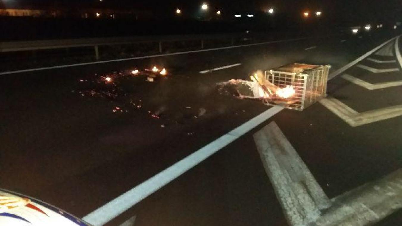 Des chariots sont chargés de bois puis enflammés avant d'être lancés sur l'autoroute.