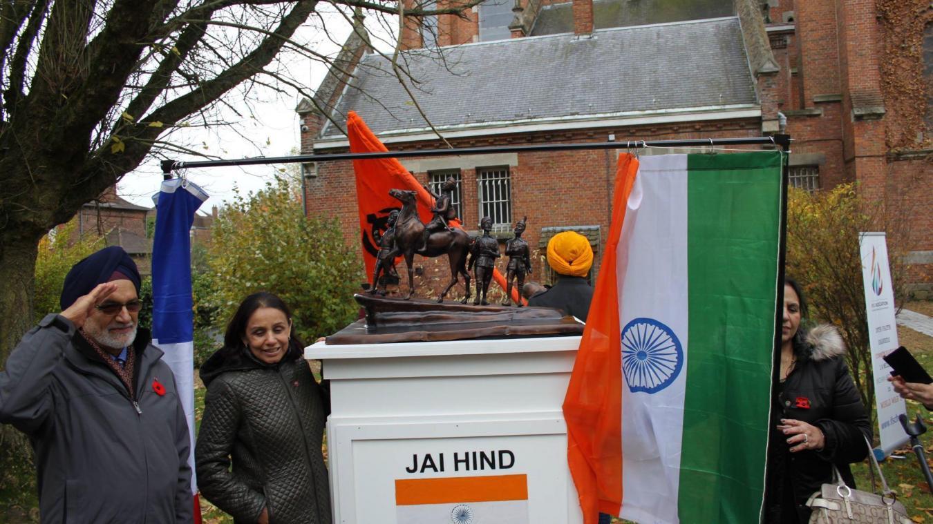 La sculpture rend hommage aux soldats indiens.