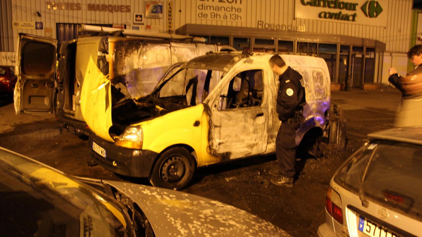 Le Renault Kangoo a brûlé en l'espace de quelques minutes, ce soir d'avril 2015. A son bord, un SDF de 56 ans qui n'a pas survécu. ©Archive Voix Du Nord