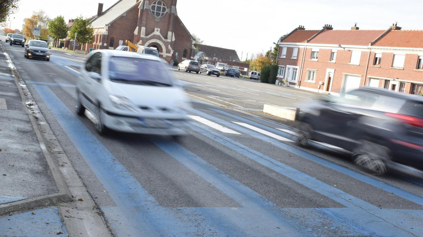 Sur la route, sur la place et sur le parking du village, des grandes lignes bleues sont visibles.