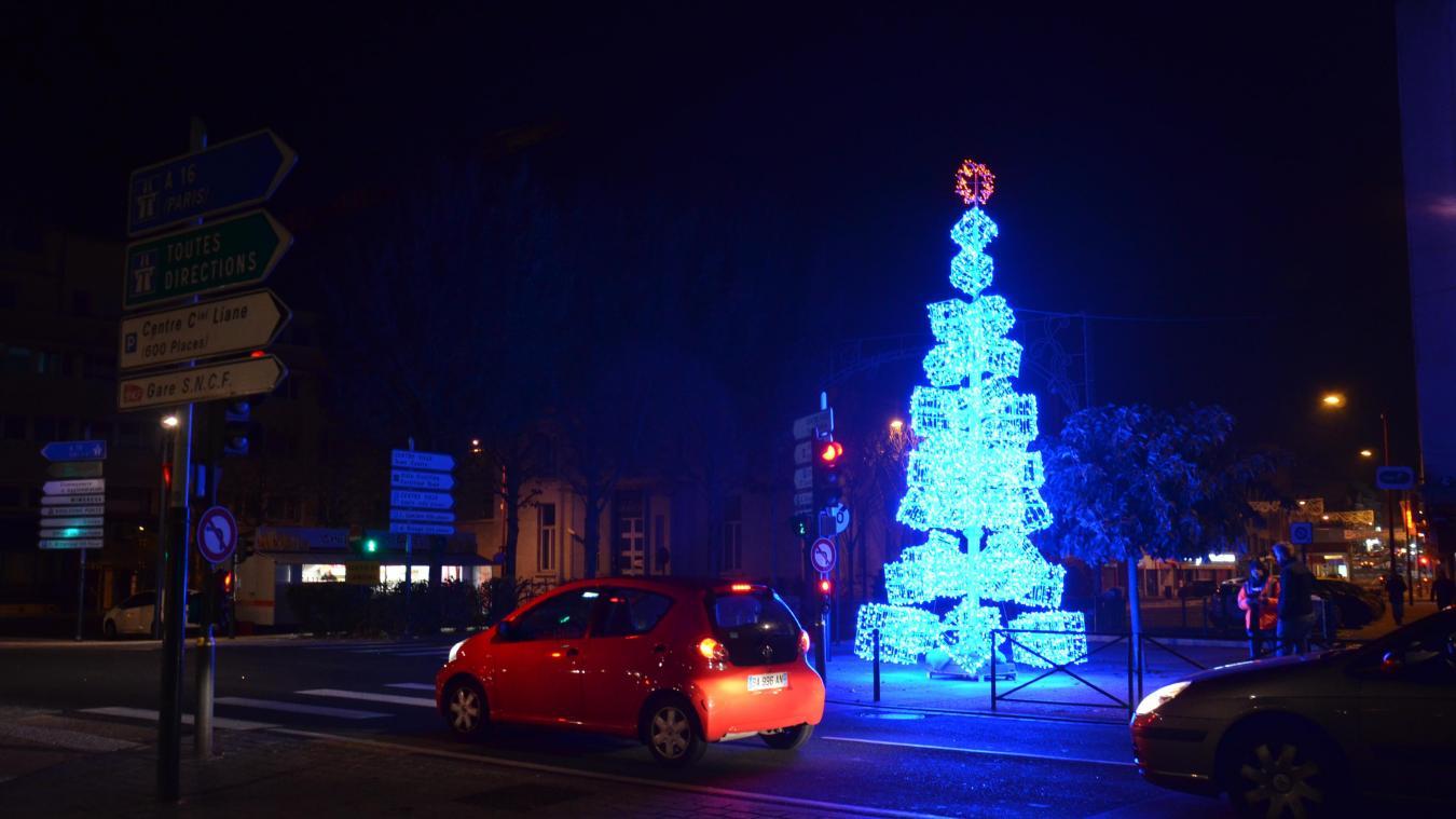 Mercredi en milieu de soirée, des techniciens ont testé le grand sapin lumineux qui orne l'intersection entre la rue de la Lampe et le boulevard Diderot.