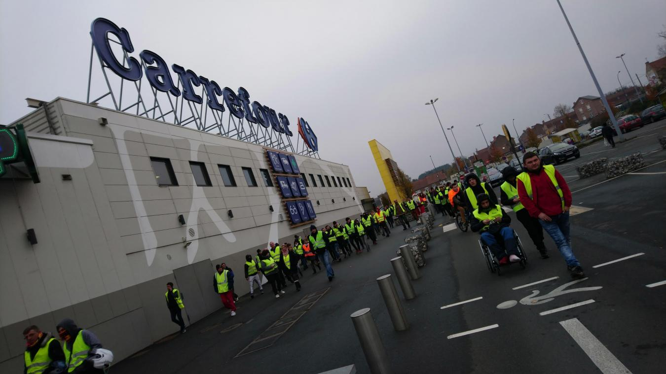 Liévin: le Carrefour fermé, 70 Gilets jaunes à nouveau sur place