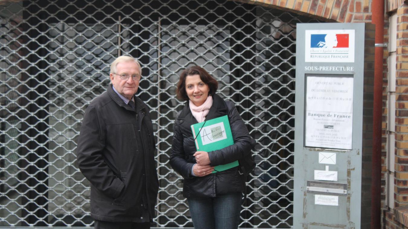 André Hennebelle, avec Pascale Gouillart, devant la sous-préfecture, après avoir déposé sa liste.