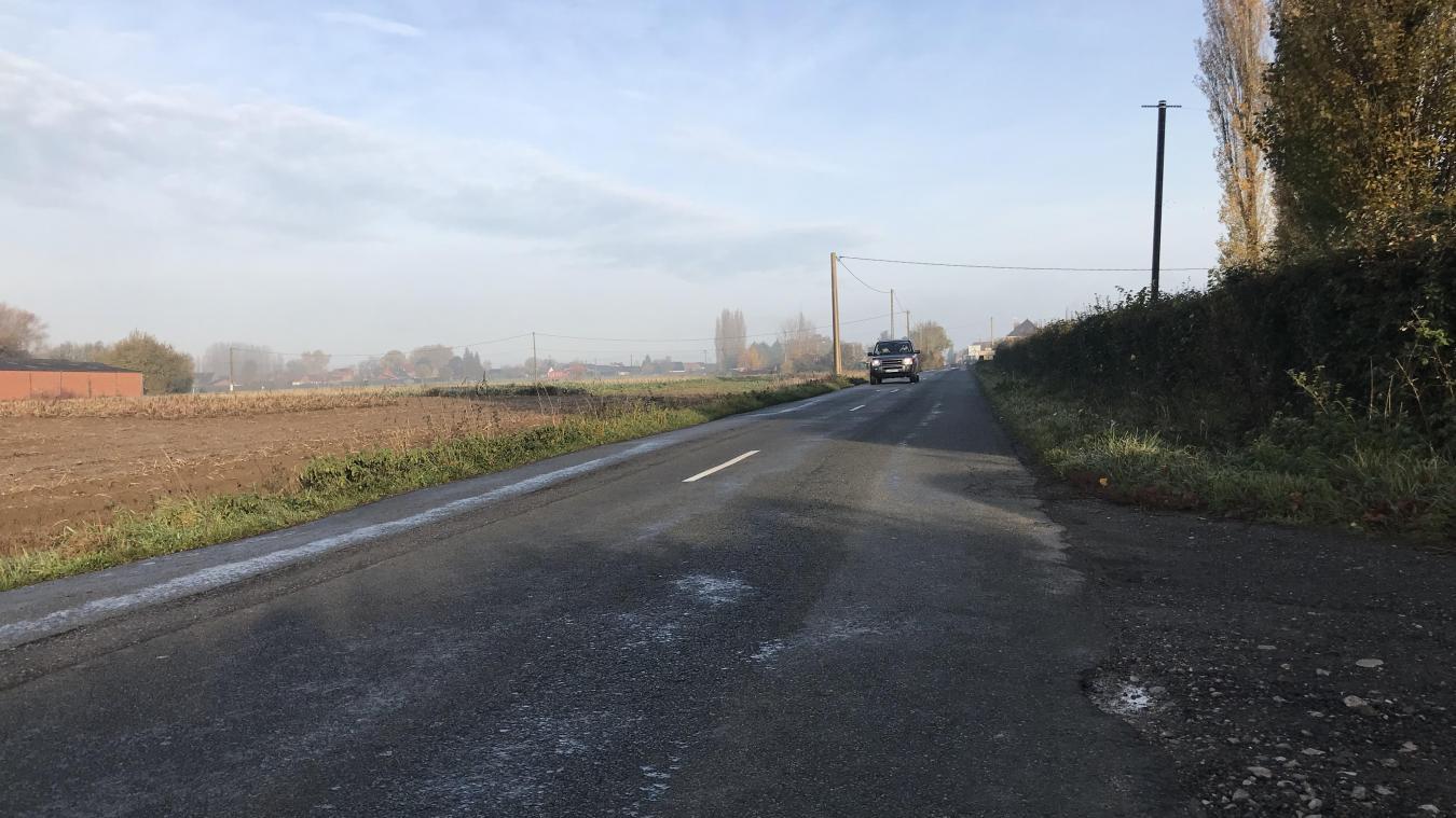 La RD 53 est rapiéciée, déformée et étroite mais très empruntée.