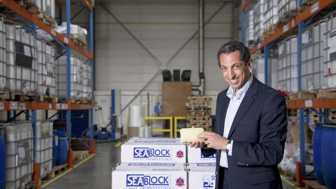 Jean-Marc Barki présente la nouvelle colle développé dans son laboratoire, collet qui permet un meilleur recyclage du papier.