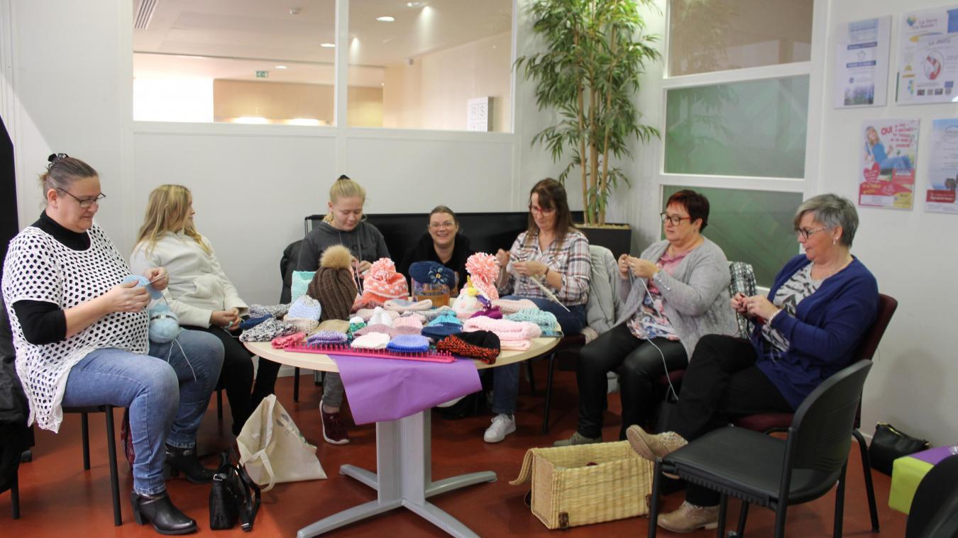Arras : elles tricotent des bonnets pour la bonne cause