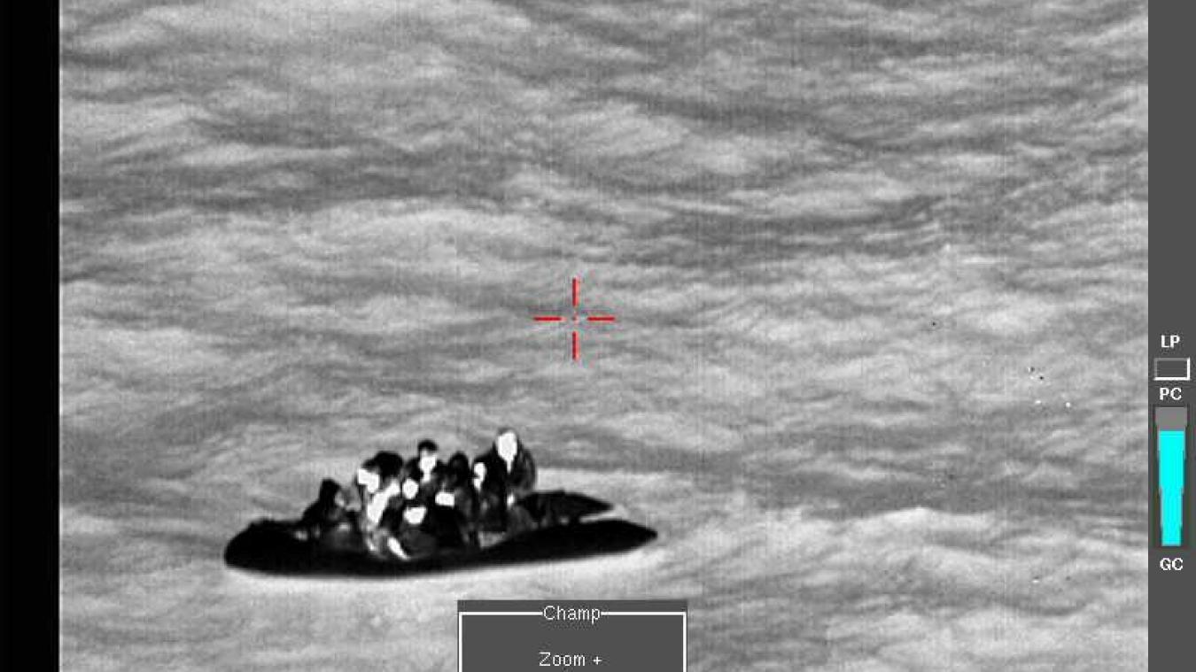 Une embarcation de migrants à la dérive dans le détroit du Pas-de-Calais