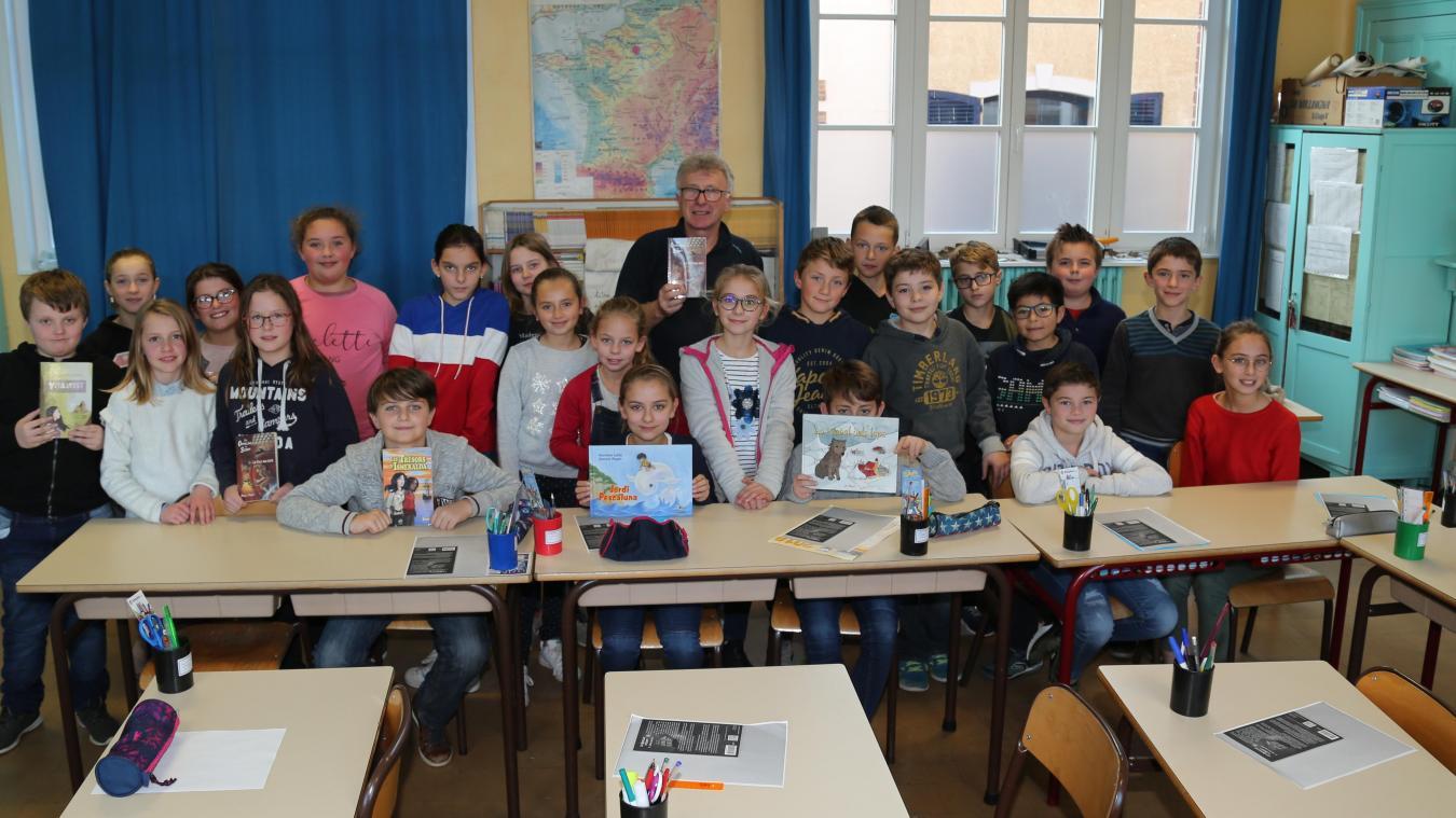 À l'école Jean-Macé, les élèves de CM2 de la classe d'Annie Houillez ont eu l'occasion de poser des questions à Daniel Pagès, auteur de romans pour la jeunesse.