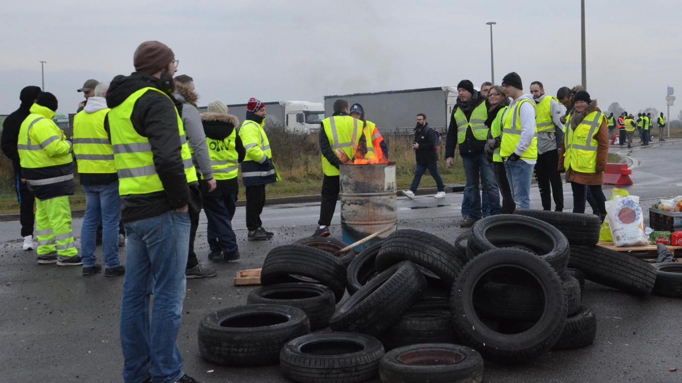 Les gilets jeunes ont encerclé le rond-point du terminal ferry et filtrent le passage des camions, ouvrant la porte toutes les cinq à dix minutes.