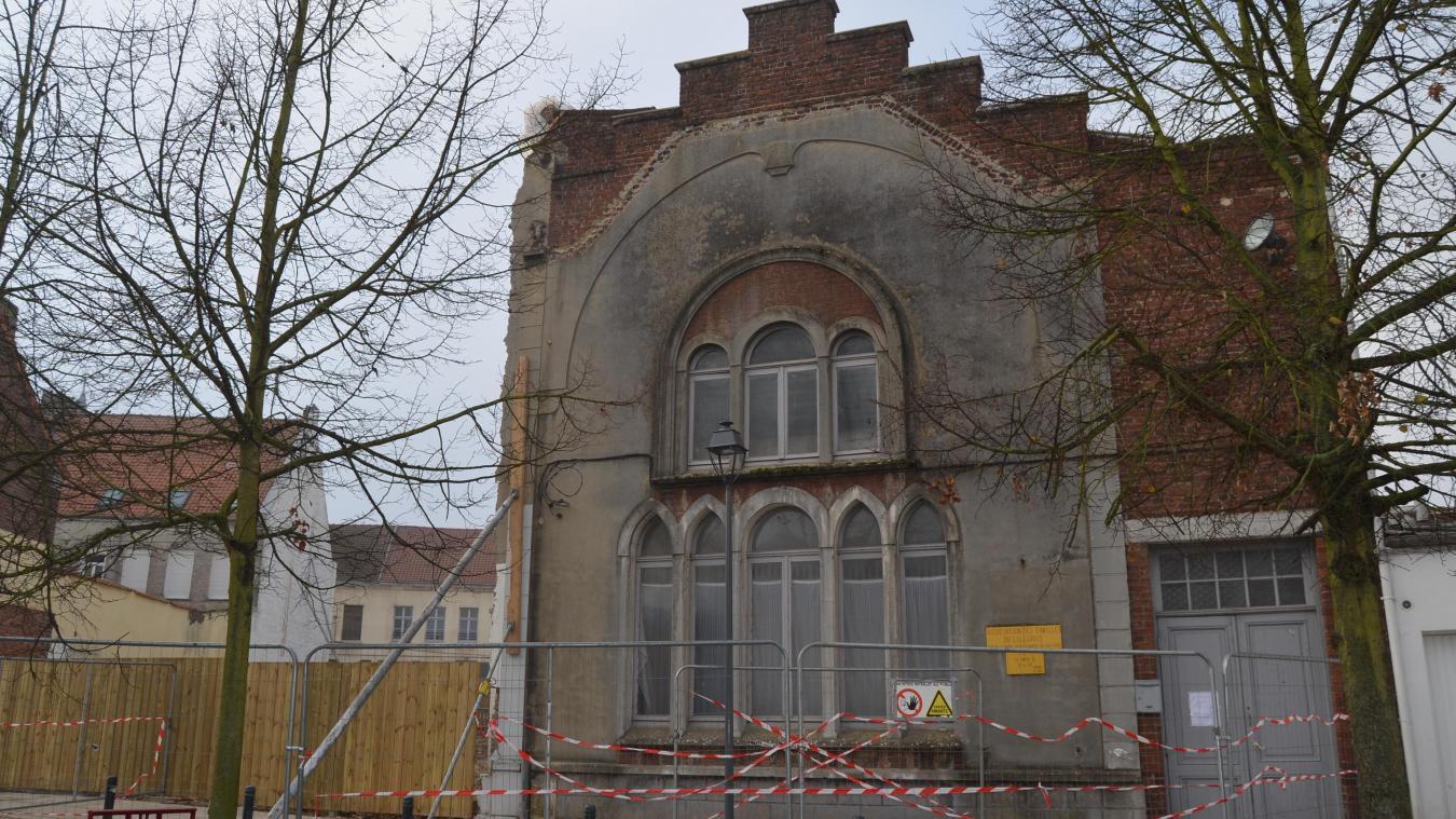Aujourd'hui, la façade du 3 place de l'Église est soutenue par des étais. Un jour de deux centimètres est visible de l'intérieur.