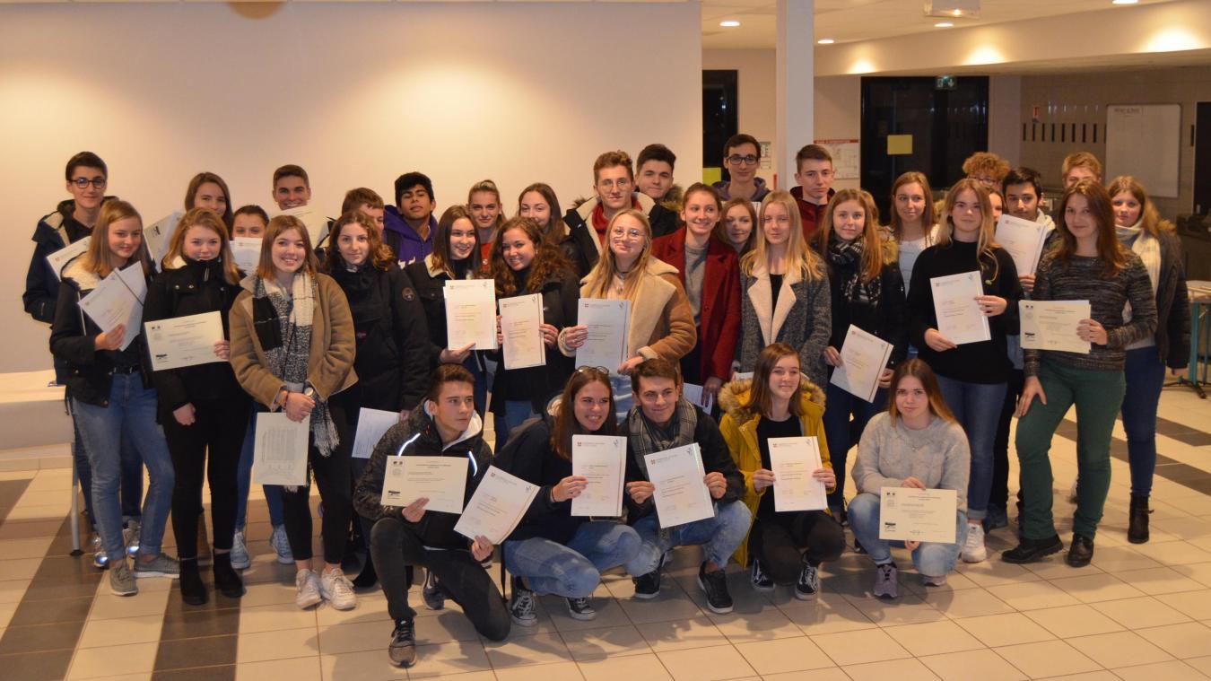 Des lycéens ont parfois reçu des certifications dans les deux langues.