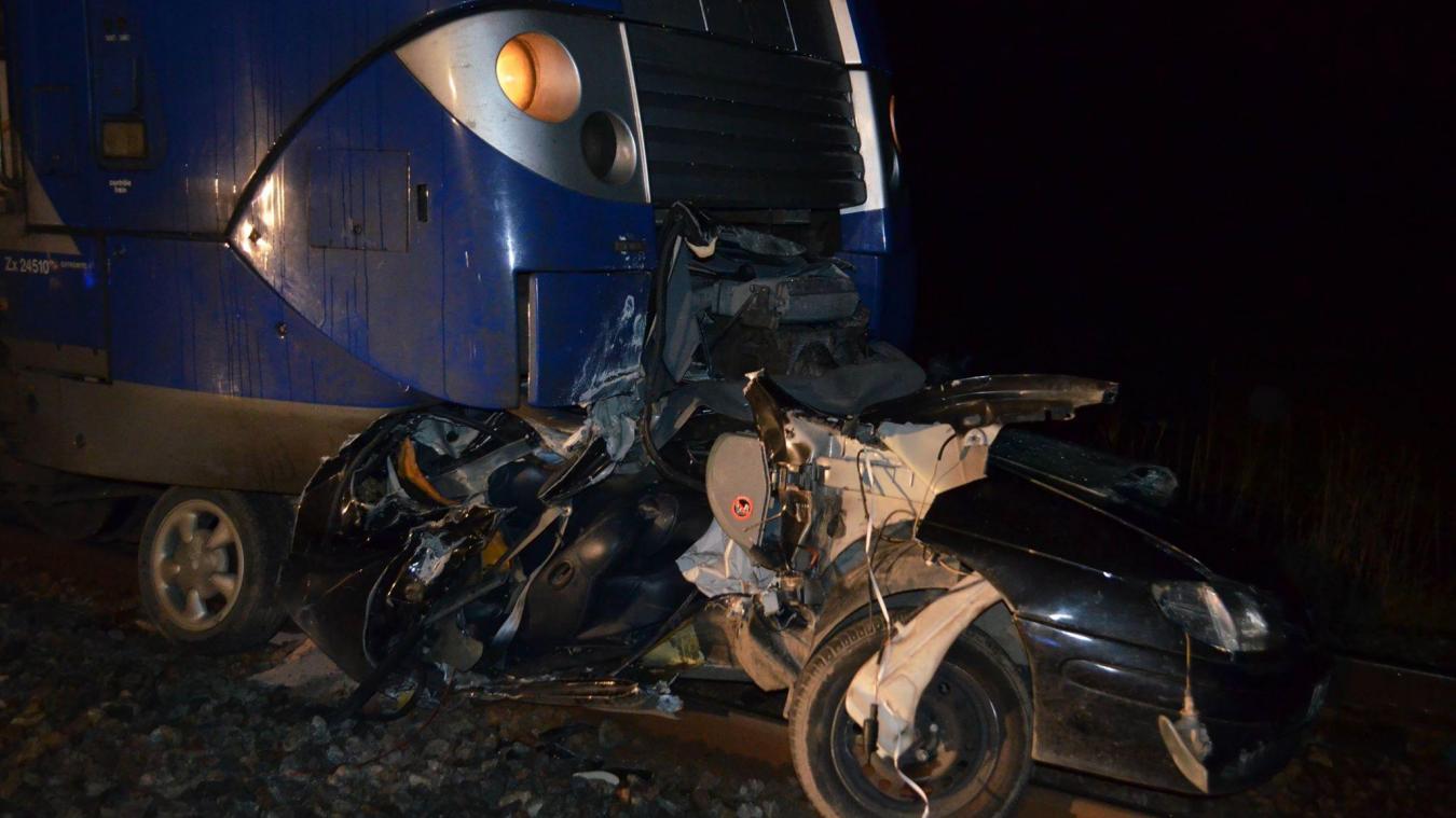 L'arrière de la voiture s'est encastrée sous le train. L'accident a fortement perturbé la circulation sur la ligne Lille-Dunkerque.