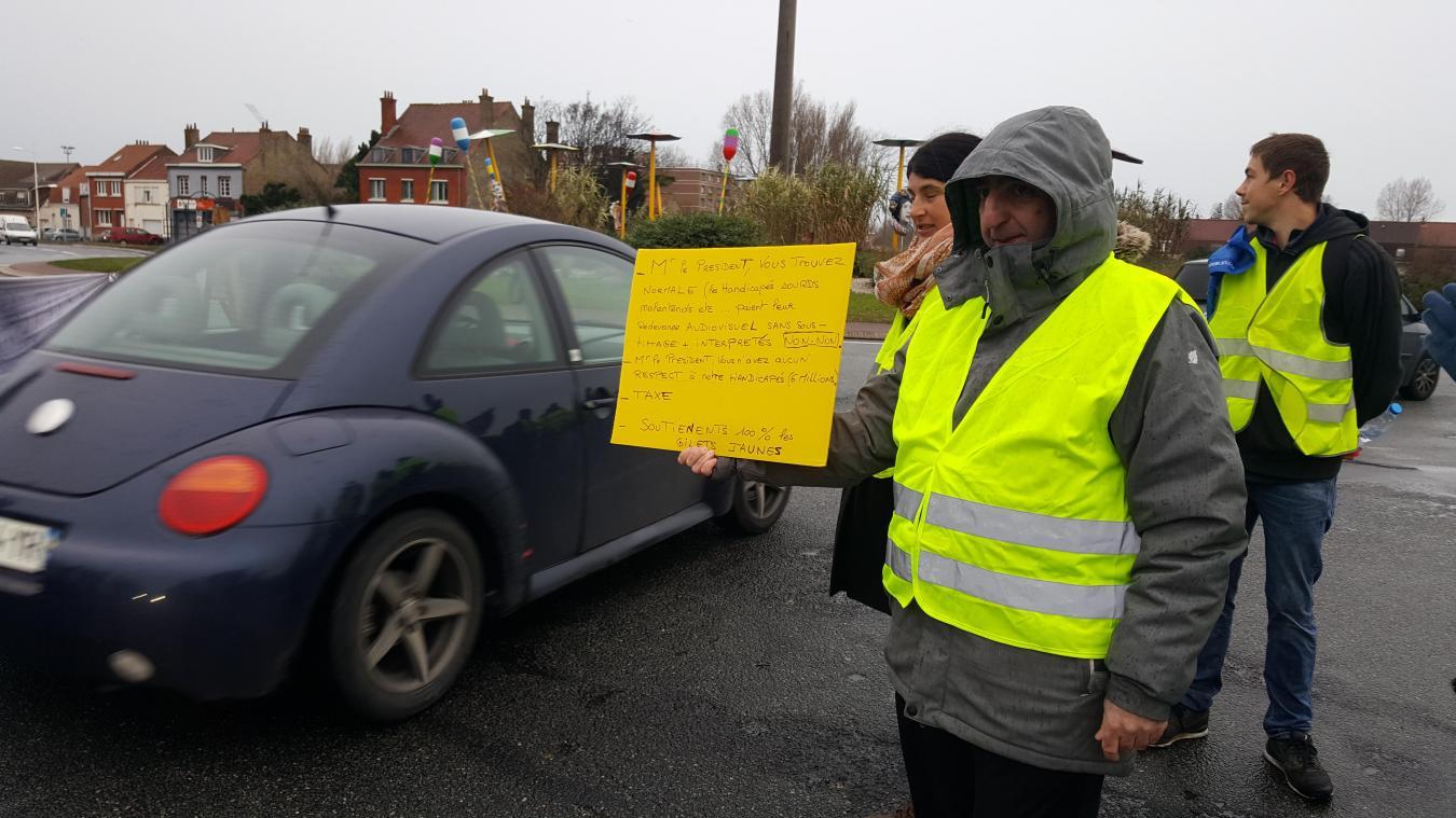 Au rond-point des parapluies, les automobilistes sont accueillis au barrage filtrant par une pancarte.