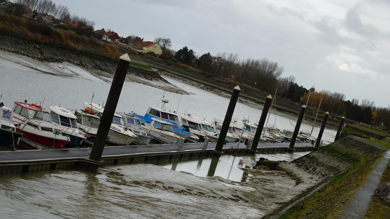 Au quai des Miaules, l'accès aux bateaux est simple. Les plaisanciers ont arrimé leurs navires avec des antivols et des chaînes pour éviter de se faire dérober les embarcations.