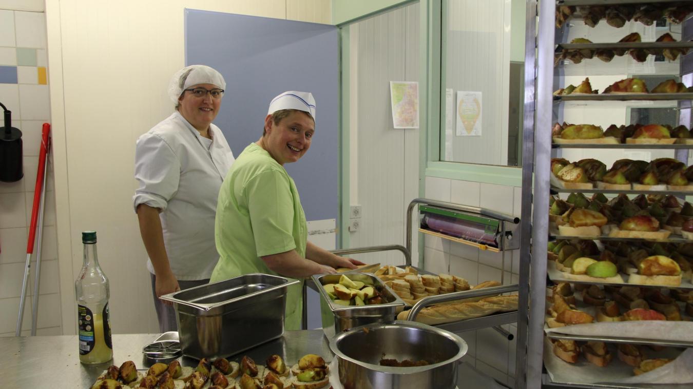 Les aides de cuisine commencent la journée en épluchant de grande quantité de légumes. Jeudi 15 novembre, elles avaient aussi pour mission de préparer les pommes rôties sur pain.