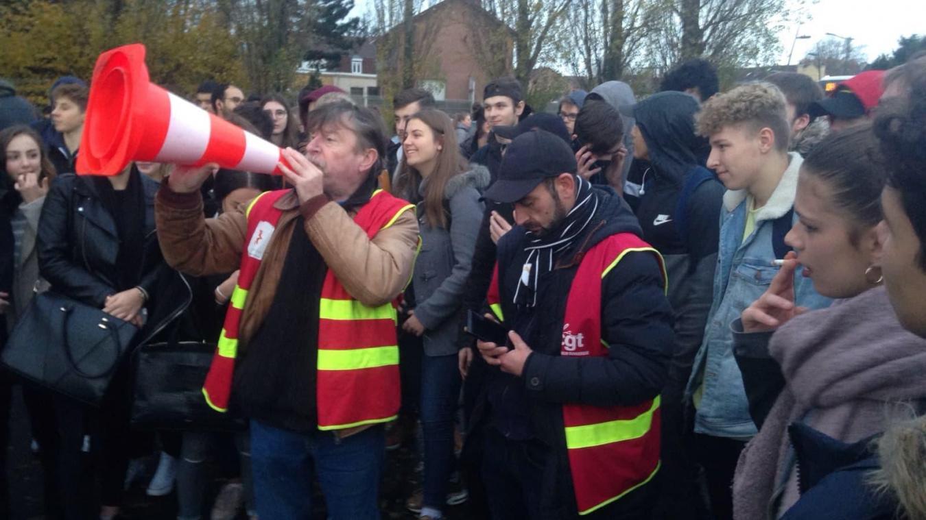 Des lycées bloqués par des manifestants ce lundi matin (photos et vidéo)