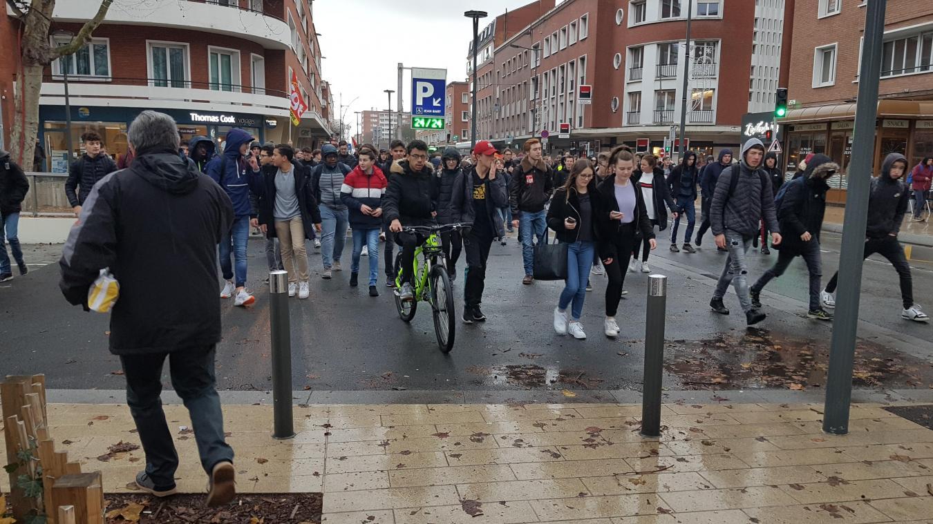 Les lycéens manifestent place Jean-Bart par solidarité avec gilets jaunes
