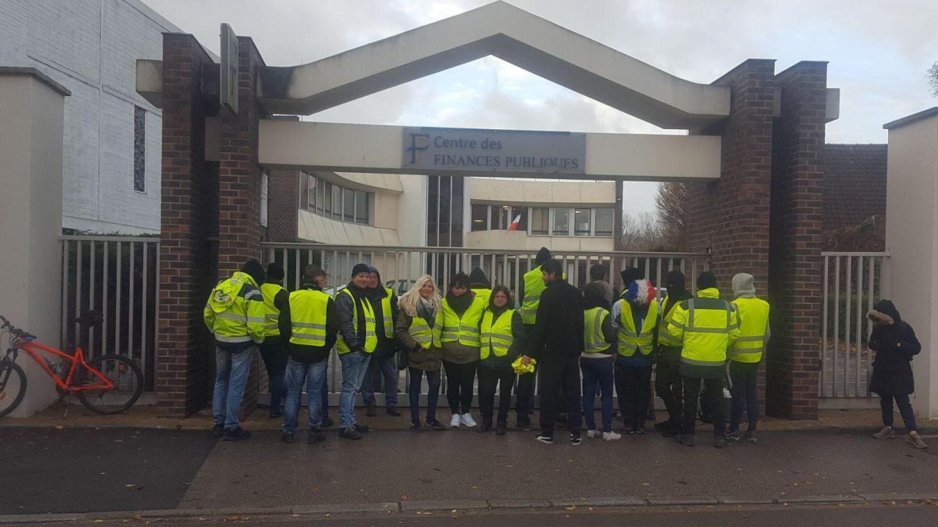 Les Gilets jaunes, se dénommant « citoyens jaunes », devant le Centre des finances publiques de Lillers.