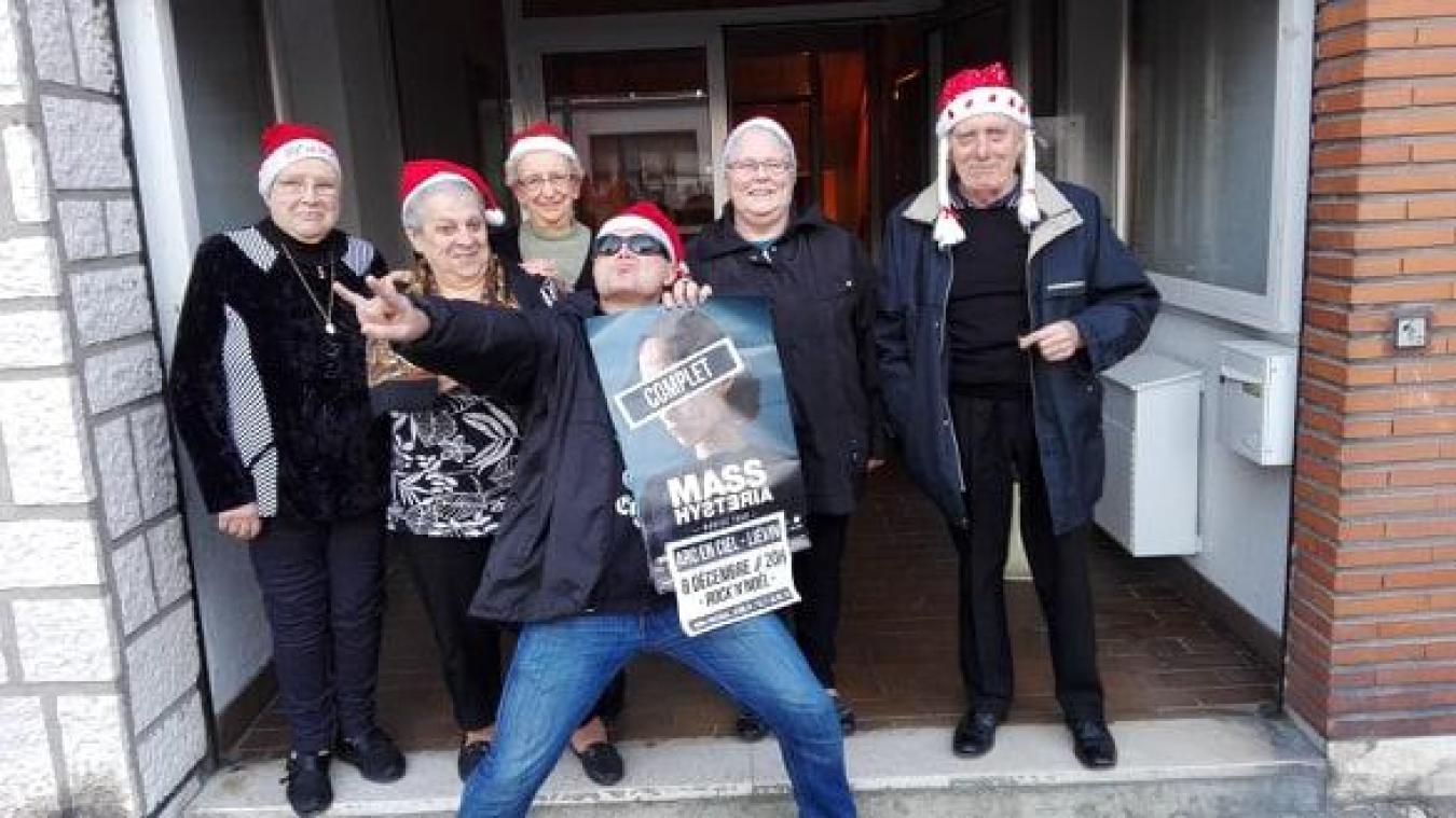 Les chevilles ouvrières du Secours ouvrier social et David Six au centre, attendent impatiemment la bande à Mouss'.
