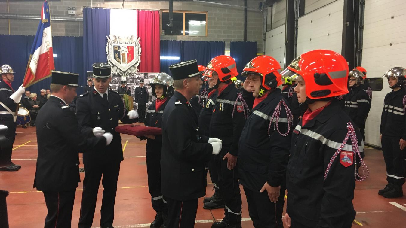 Plusieurs sapeurs-pompiers ont reçu médailles d'honneur et promotions de grade.