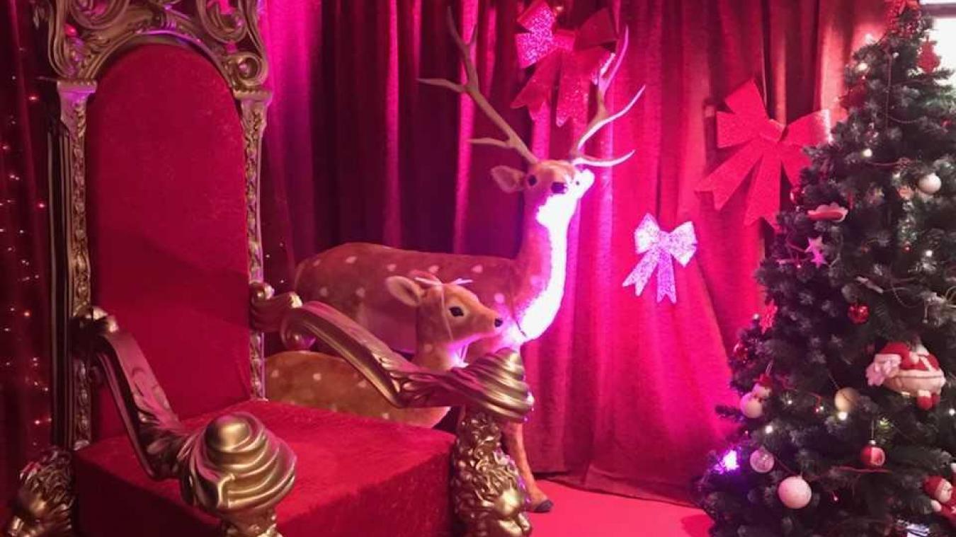 Le trône du Père Noël est prêt à l'accueillir.