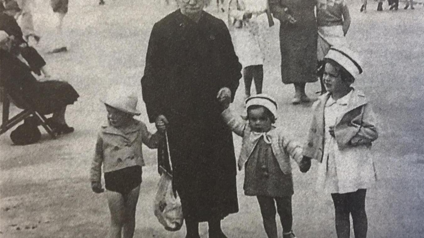 La famille Mulmann en vacances à Berck-Plage en 1936. Geneviève, à droite, apprécie déjà les chapeaux  !