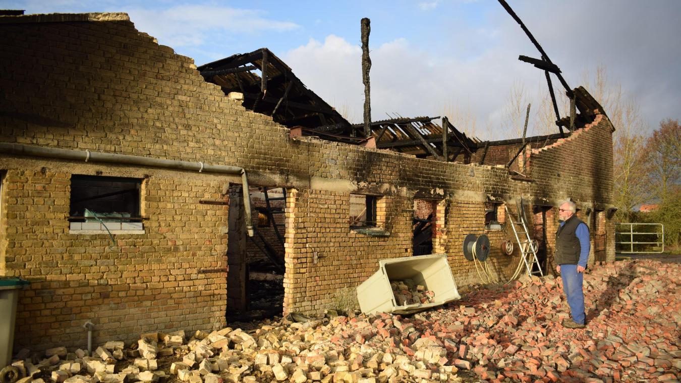 Le maire, Jean-Paul Monsterleet, était encore sur les lieux quelques heures après l'extinction de l'incendie qui a ravagé sa ferme, inoccupée. En attendant l'entretien avec l'assurance.