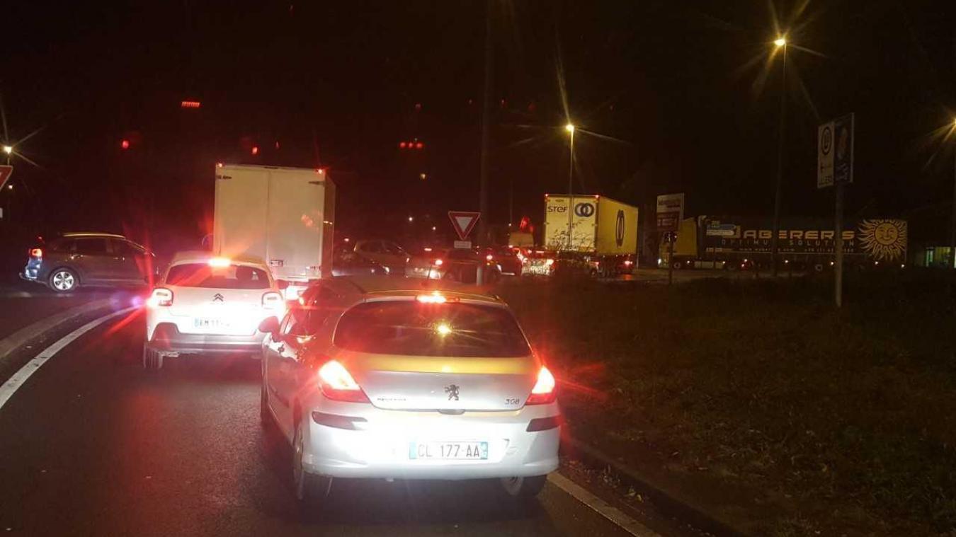 Des files de voitures et de camions se forment.