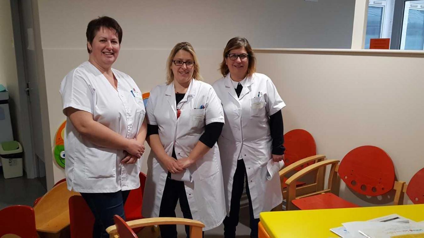 De gauche à droite : Delphine Panfil, cadre sage-femme, Laëtitia Vandermarker, cadre de santé en médecine ambulatoire, chimiothérapie, coordinatrice Utep, et Véronique Bardoula, cadre du pôle mère-enfant ; dans la salle d'attente des consultations en pédiatrie.