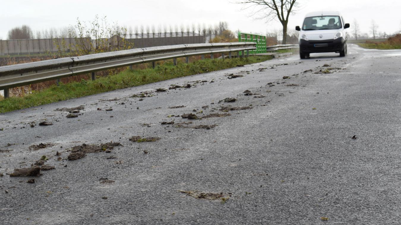 Un peu partout sur les routes de campagne, on peut suivre à la trace les tracteurs d'agriculteurs qui sont sortis des champs ou de leur exploitation. Mais cette boue, décollée de leurs roues, peut être un vrai danger pour les automobilistes et les deux-roues.